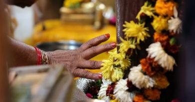 Поклонение на алтаре. Вриндаван. Индия