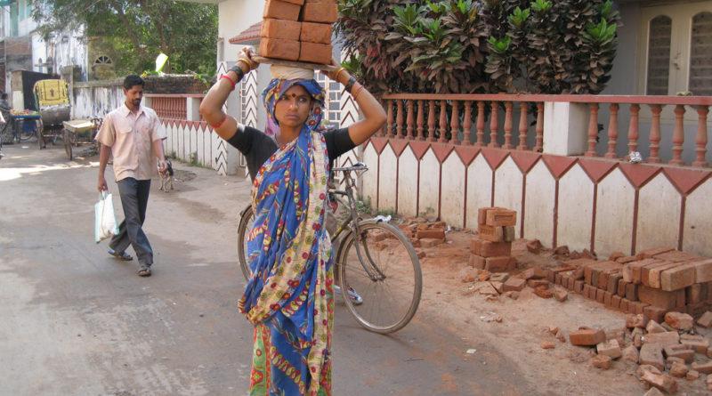 Женщина и тяжелый труд. Джаганнатха-Пури. Индия