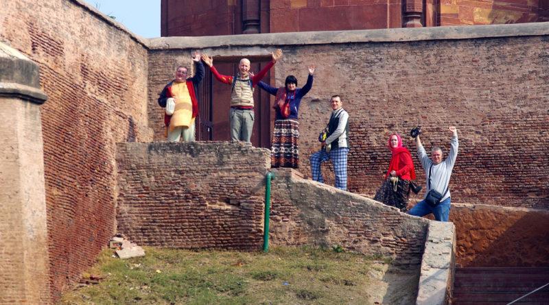 У подножия храма Мадана-Мохана. Вриндаван. Индия